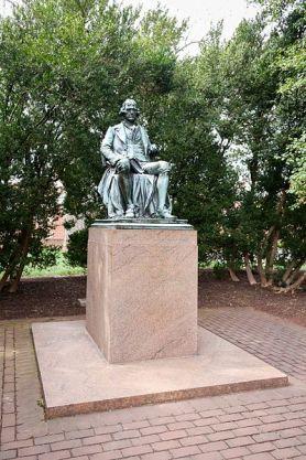 400px-Thomas_Jefferson_Statue,_University_of_Virginia